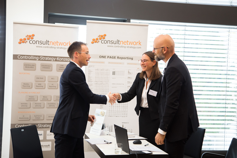 ONE PAGE Reporting & controlling-strategy-Konzept Informationsstand von consultnetwork am Finanzgipfel 2018 in Wiesbaden. www.controlling-strategy.com